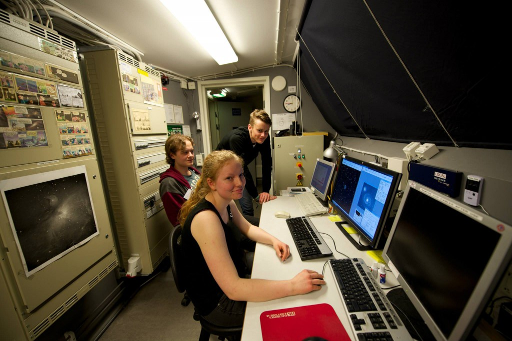 Nyfikna ungdomar observerar galaxer