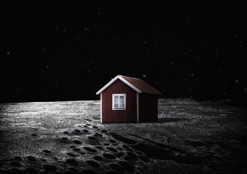 Rött hus med vita knutar på månen